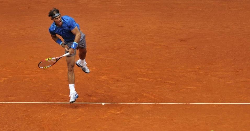 7.mai.2014 - Rafael Nadal saca durante a vitória sobre Juan Monaco em Madri