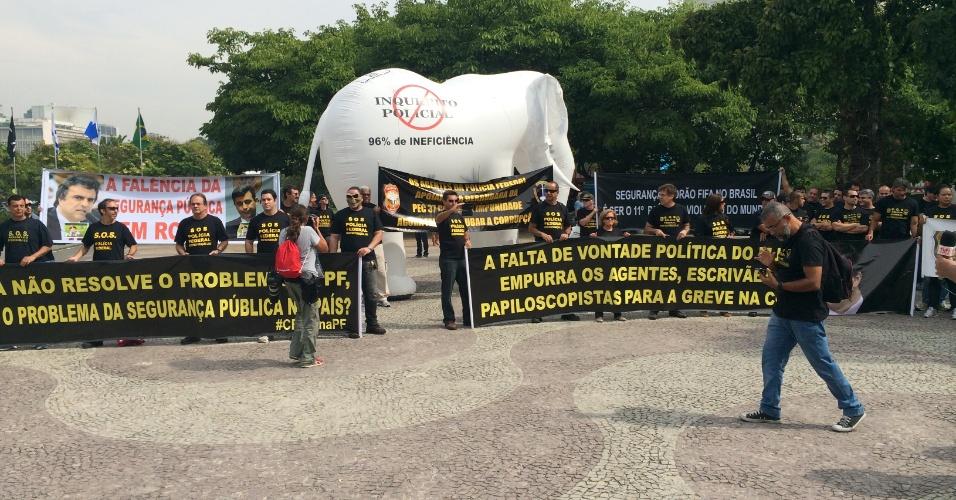 Agentes federais protestam em frente ao local da convocação do Brasil e ameaçam greve durante a Copa