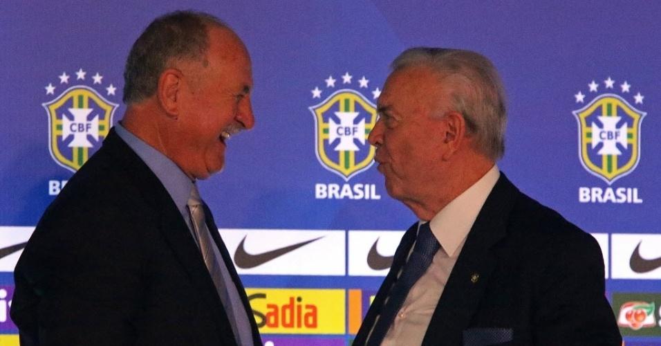 Felipão e Marin conversam após a coletiva de imprensa da convocação da seleção brasileira para a Copa do Mundo