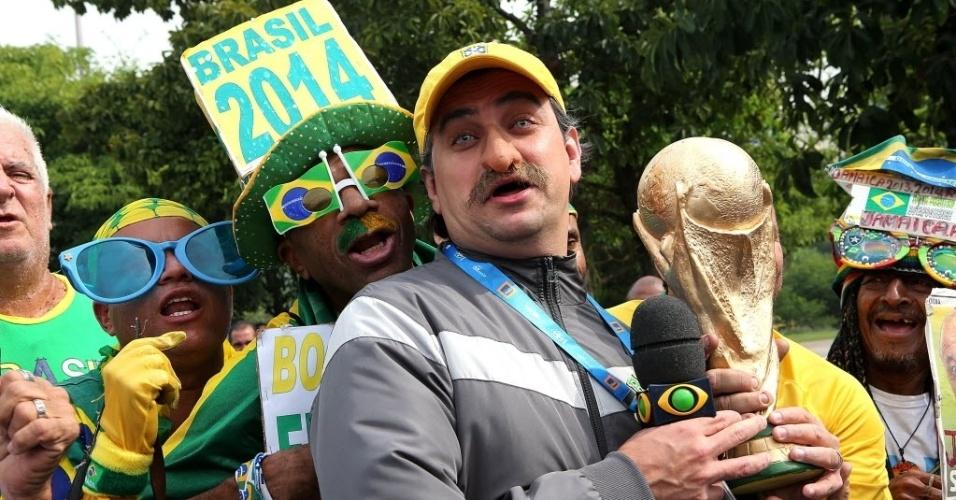 Torcedores e humoristas marcam presença no lado de fora da convocação da seleção brasileira para a Copa