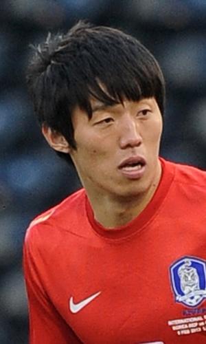 06.fev.2013 - Kim Bo-Kyung, da Coreia do Sul, acompanha jogada durante amistoso contra a Croácia em Londres