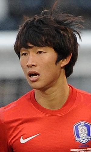 06.fev.2013 - Lee Seung-Gi, da Coreia do Sul, acompanha jogada durante o amistoso contra a Croácia em Londres