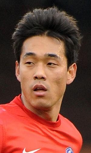 06.fev.2013 - Park Chu-Young, da Coreia do Sul, observa seus companheiros durante o amistoso contra a Croácia em Londres