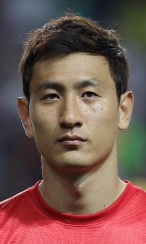 06.set.2013 - Ji Dong-Won, da Coreia do sul, fica perfilado antes do amistoso contra o Haiti em Incheon