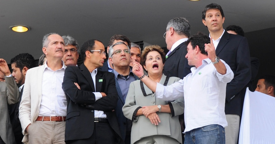08.05.14 - Andrés Sanchez explica para Dilma detalhes do Itaquerão, estádio do Corinthians e da Copa do Mundo
