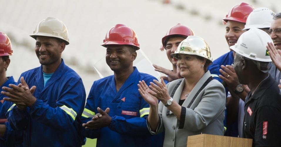 08.05.14 - Ao lado de operários, presidente Dilma Rousseff veste capacete no Itaquerão