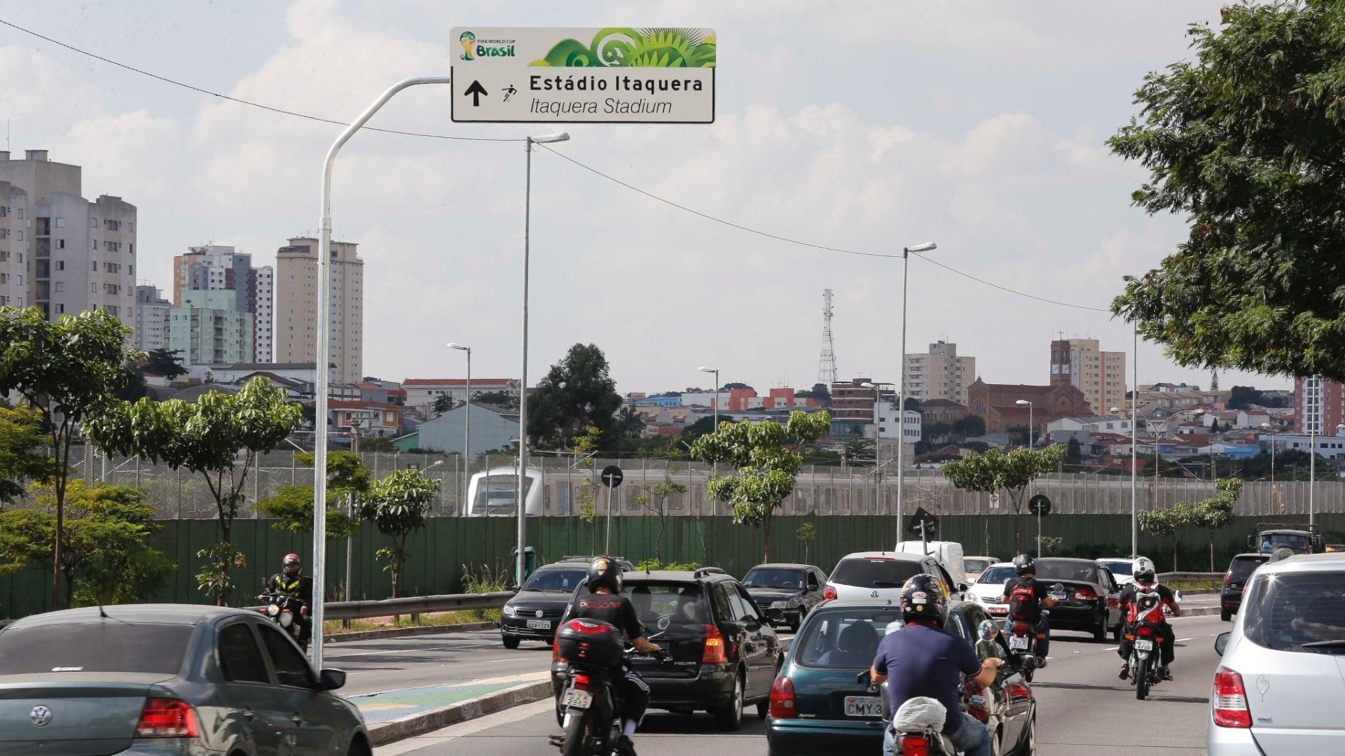08.05.14 - Avenida Radial Leste ganha placa de sinalização para o Itaquerão, estádio paulista da Copa
