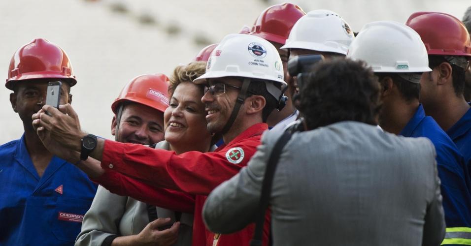 """08.05.14 - Operário tira """"selfie"""" com presidente Dilma Rousseff no gramado do Itaquerão"""