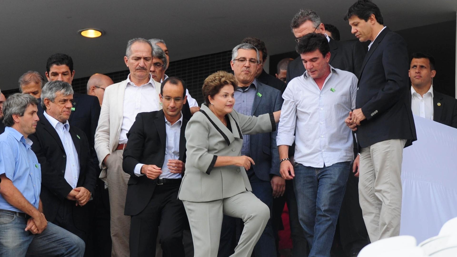 08.05.14 - Presidente Dilma Rousseff visita tribunas do Itaquerão ao lado de Aldo Rebelo, Alexandre Padilha, Fernando Haddad, Andrés Sanchez e Mário Gobbi