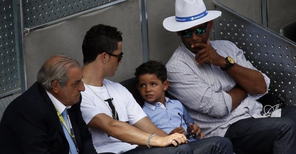 08.mai.2014 - Cristiano Ronaldo conversa com o seu filho, que tem o mesmo nome do pai, durante a partida entre Rafael Nadal e Nieminen
