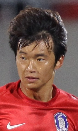 15.out.2013 - Kim Jin-Su, da Coreia do sul, conduz a bola durante o amistoso contra Mali em Cheonan