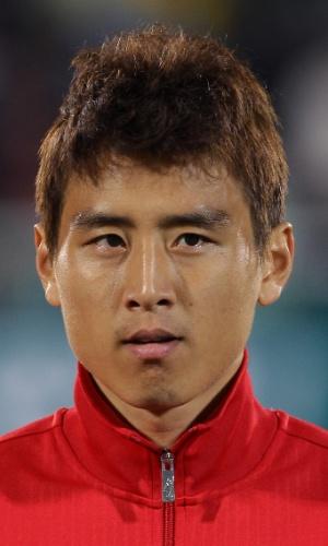 15.out.2013 - Koo Ja-Cheol, da Coreia do Sul, fica perfilado antes do amistoso contra Mali em Cheonan