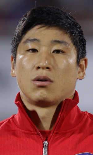 15.out.2013 - Lee Keun-Ho, da Coreia do Sul, canta o hino nacional antes do amistoso contra Mali em Cheonan