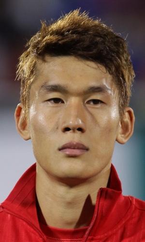 15.out.2013 - Lee Yong, da Coreia do Sul, fica perfilado antes do amistoso contra Mali em Cheonan