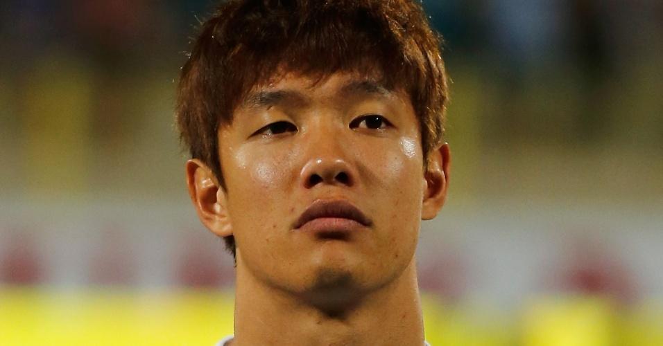 19.nov.2013 - Hong Jeong-Ho, da Coreia do Sul, fica perfilado antes do amistoso contra a Rússia em Dubai