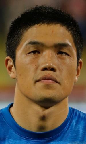 19.nov.2013 - Jung Sung-Ryong, goleiro da Coreia do Sul, fica perfilado antes do amistoso contra a Rússia em Dubai