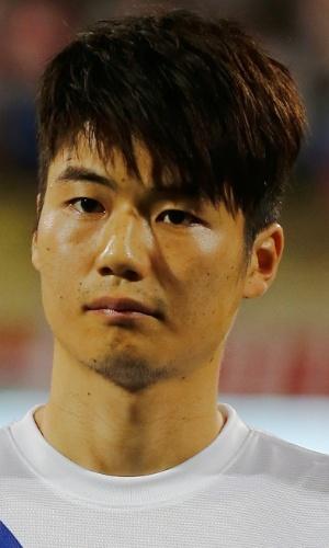 19.nov.2013 - Ki Sung-Yueng, da Coreia do Sul, fica perfilado antes do amistoso contra a Rússia em Dubai