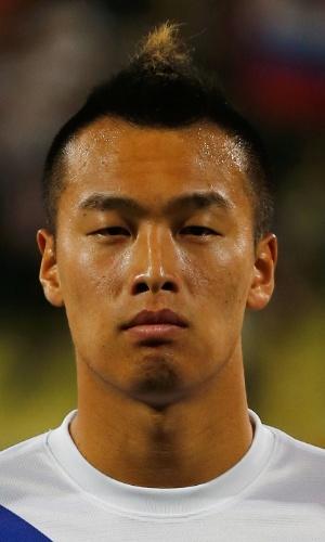 19.nov.2013 - Kim Shin-Wook, da Corea do Sul, se perfila antes do amistoso contra a Rússia em Dubai
