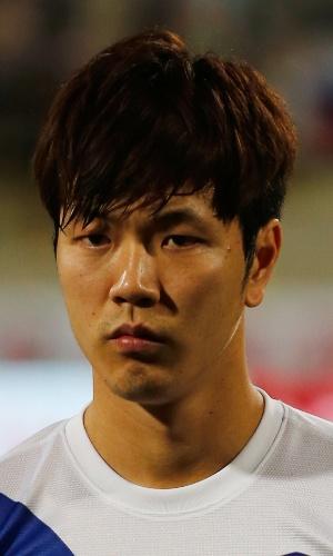 19.nov.2013 - Kim Young-Gwon, da Coreia do Sul, se perfila antes do amistoso contra a Rússia em Dubai