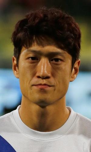 19.nov.2013 - Lee Chung-Yong, da Coreia do Sul, fica perfilado antes do amistoso contra a Rússia em Dubai
