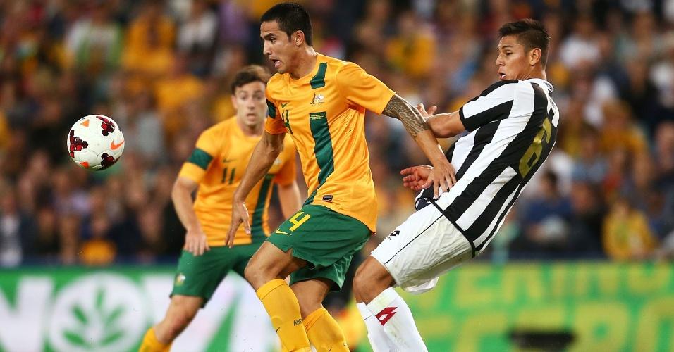 19.nov.2013 - Óscar Duarte (d), da Costa Rica, disputa jogada com o australiano Tim Cahill durante amistoso em Sydney