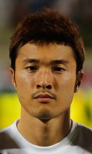 19.nov.2013 - Park Jong-Woo, da Coreia do Sul, fica perfilado antes do amistoso contra a Rússia em Dubai