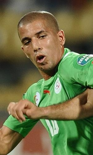 22.jan.2013 - Sofiane Feghouli (e), da Argélia, disputa jogada com Khaled Mouelhi, da Tunísia, em jogo da Copa Africana de Nações