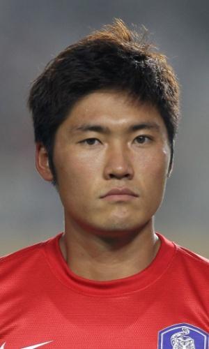 24.jul.2013 - Hwang Seok-Ho, da Coreia do Sul, fica perfilado antes da partida contra a China