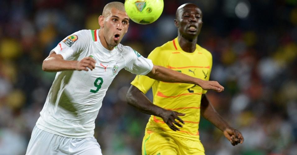 26.jan.2013 - Islam Slimani, da Argélia, domina a bola durante a partida contra Togo durante a Copa Africana de Nações