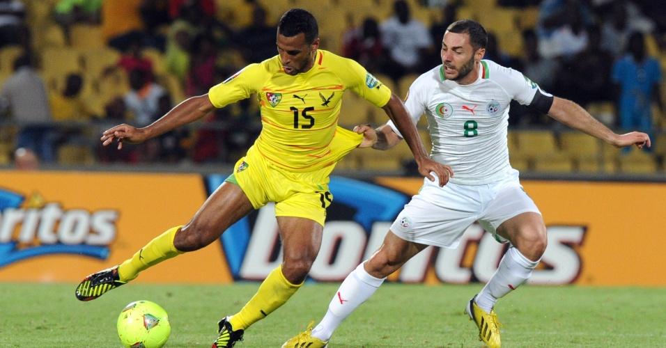 26.jan.2013 - Medhi Lacen (d), da Argélia, puxa a camisa de Aleixys Romao, de Togo, durante partida da Copa Africana de Nações