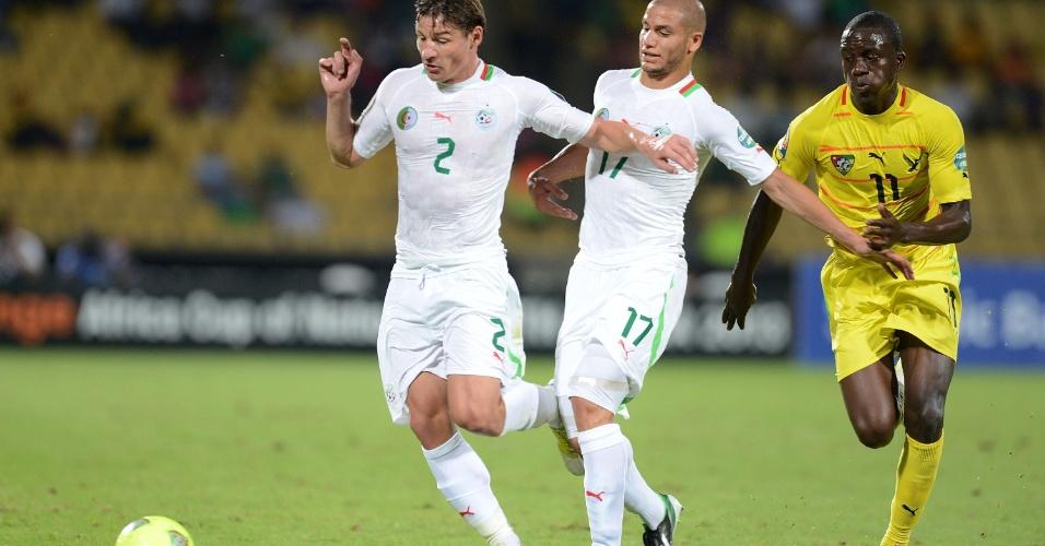 26.jan.2013 - Mehdi Mostefa (nº 2), da Argélia, toca a bola durante a partida contra Togo pela Copa Africana de Nações