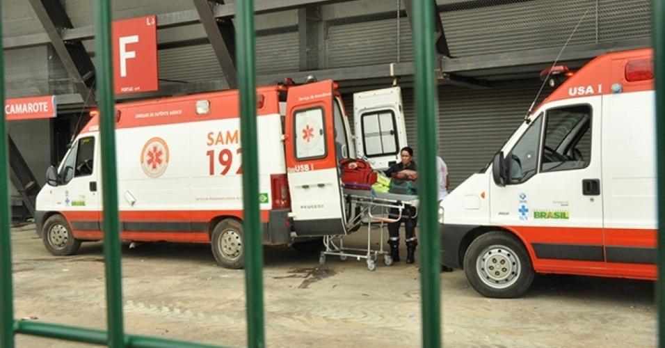 Ambulâncias do Samu chegam à Arena Pantanal para atendimento do operário da obra, que não resistiu