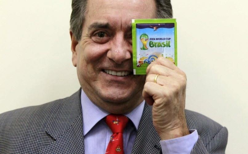08.mai.2014 - José Eduardo Martins, chefe-executivo da Panini no Brasil, posa para foto com um pacote de figurinha da Copa