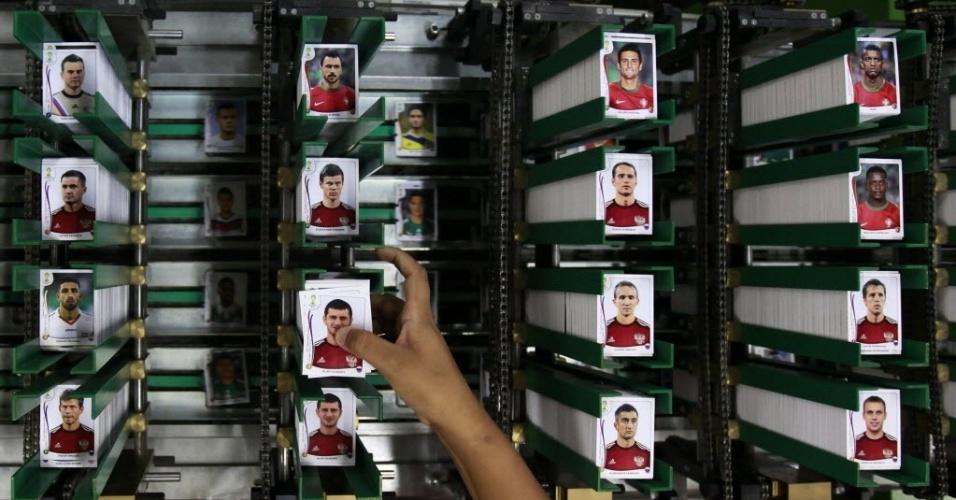 Máquinas ajudam a 'embaralhar' as figurinhas para que não venham cromos repetidos em um mesmo pacotinho