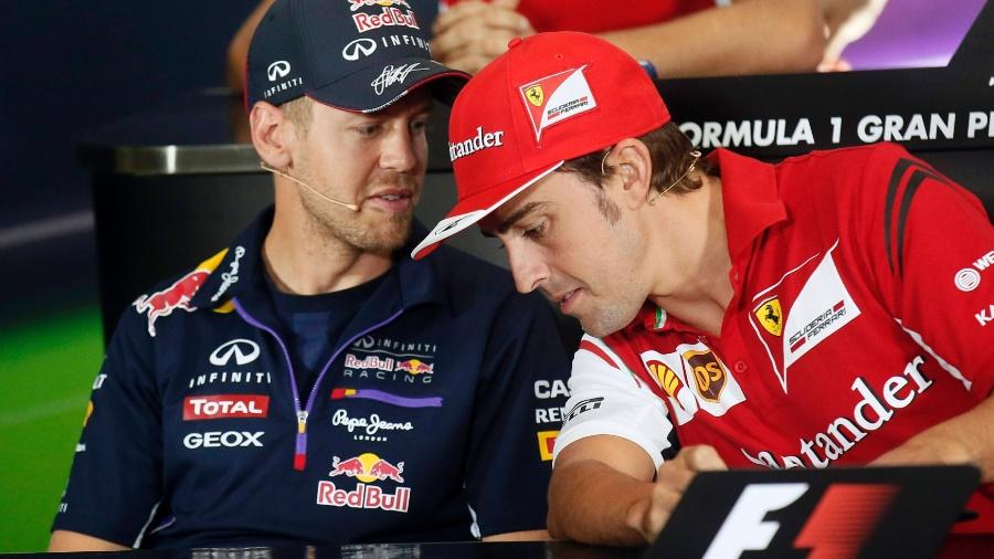 Vettel e Alonso conversam em 2014, quando o espanhol perdeu a vaga para o alemão - REUTERS/ Albert Gea
