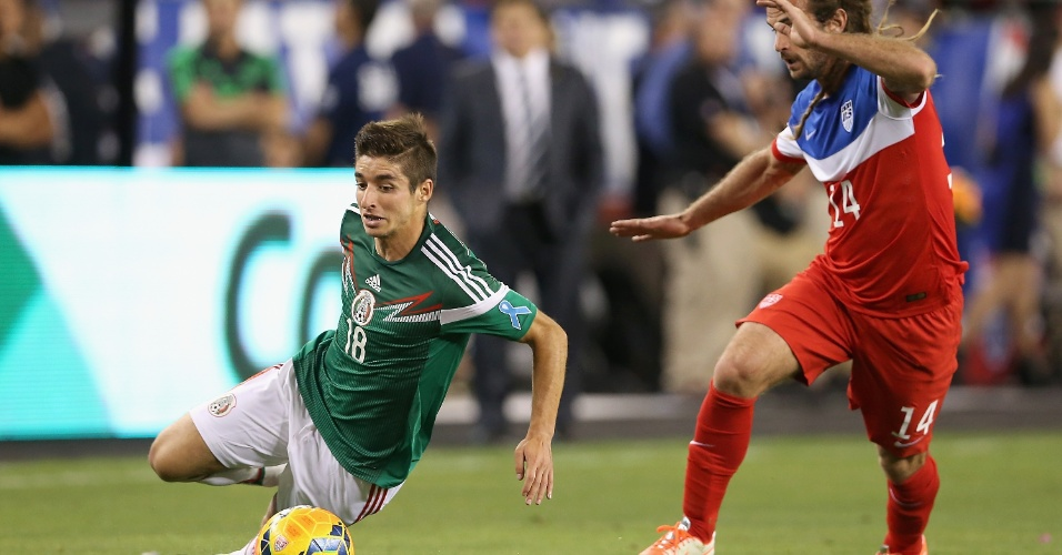 02.04.2014 - Isaac Brizuela (e), do México, sofre falta durante amistoso contra os EUA em Glendale