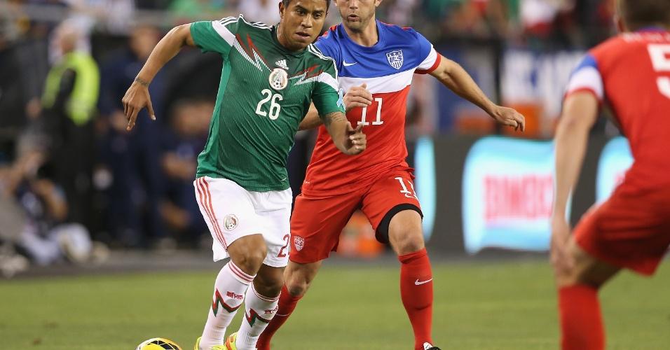 02.abr.2014 - Juan Carlos Medina, do México, domina a bola durante o amistoso contra os EUA em Glendale