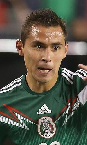 02.abr.2014 - Paul Aguilar, do México, toca a bola durante amistoso contra os EUA em Glendale
