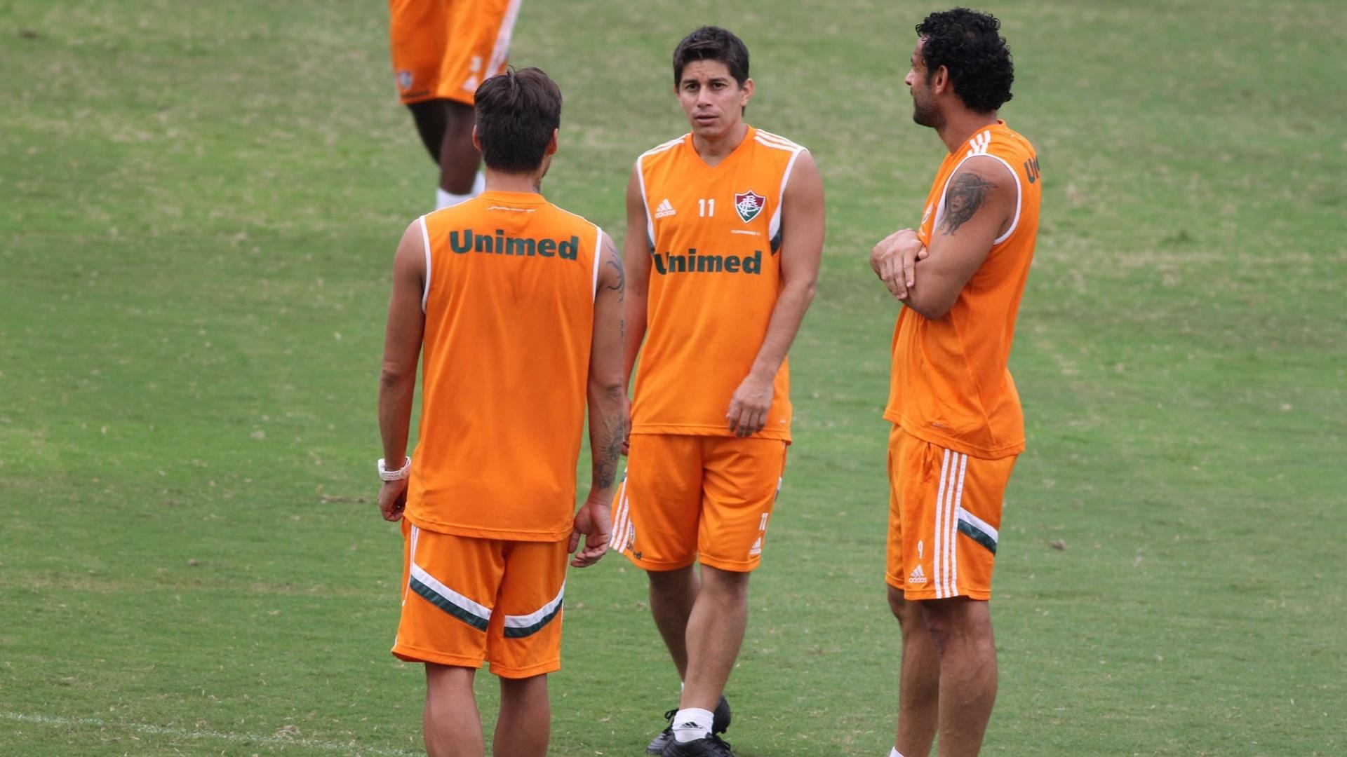 Darío Conca (c), Fred (d) e Rafael Sobis (e) conversam durante treinamento do Fluminense, nas Laranjeiras