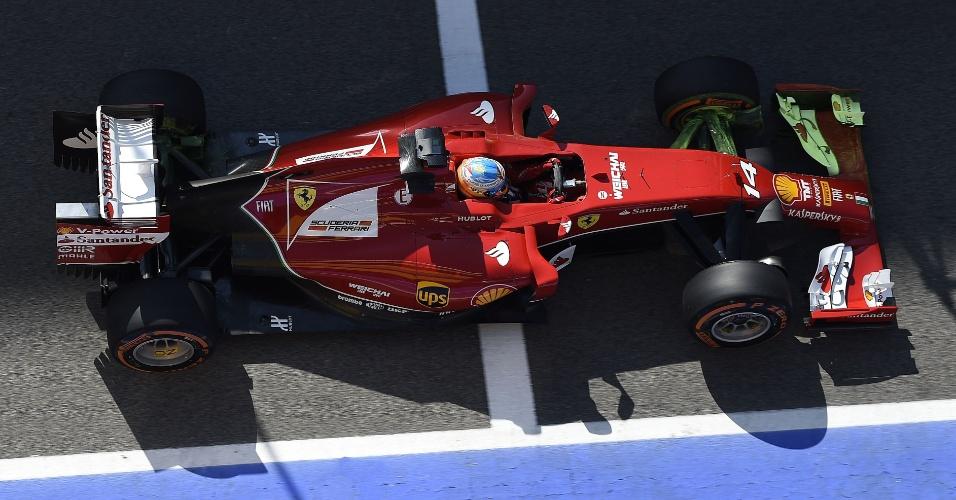 09.mai.2014 - Fernando Alonso espera dentro de seu carro para ir à pista no GP da Espanha