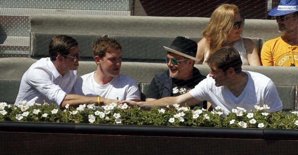 09.mai.2014 - Gareth Bale (esq.) e Iker Casillas (dir.), companheiros de Real Madrid, se cumprimentam durante o jogo de tênis entre Rafael Nadal e Tomas Berdych