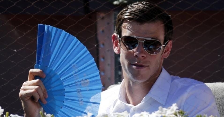 09.mai.2014 - Gareth Bale usa um leque para se refrescar do calor de Madri durante a partida entre Rafael Nadal e Tomas Berdych