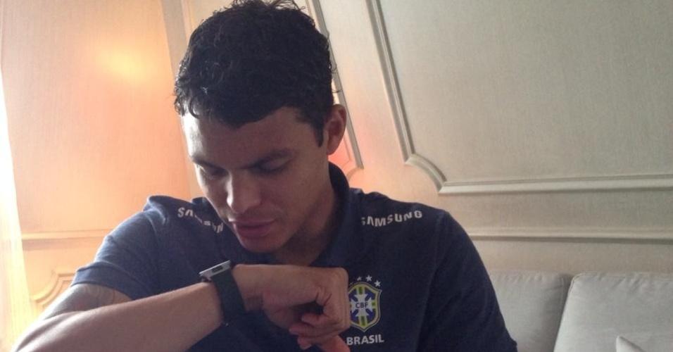 09.mai.2014 - Thiago Silva atende pelo relógio a uma ligação de um parente o parabenizando pela convocação