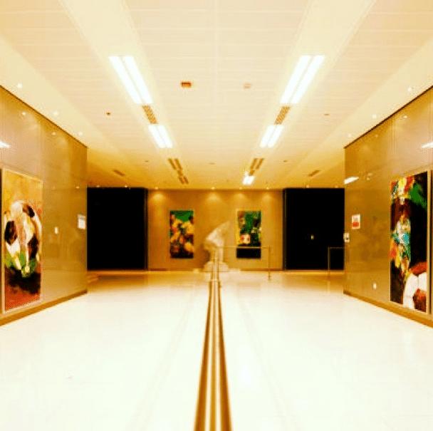 Corredor de acesso a um dos bares do estádio árabe possui quadros e esculturas