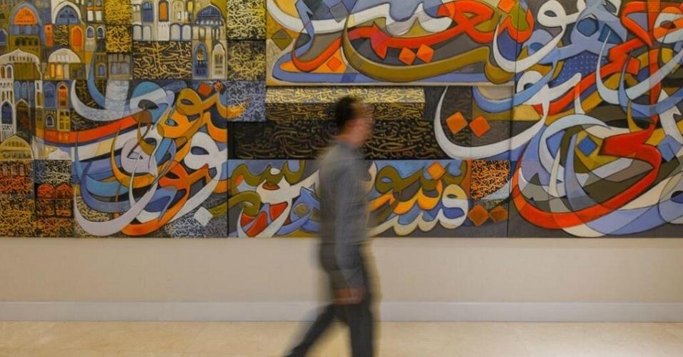 Corredores internos de acesso do estádio saudita possuem pinturas de artistas árabes