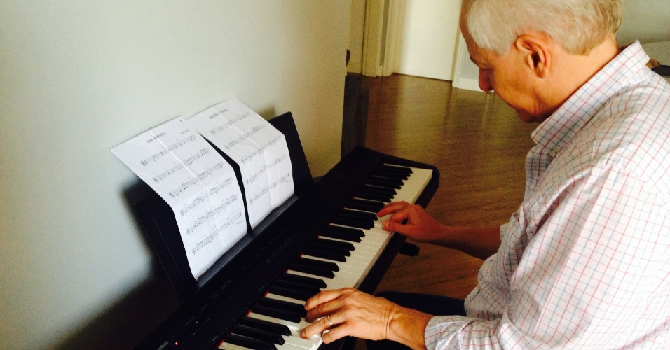 Milton Leite, narrador do SporTV, mostra seu novo hobby: tocar piano.