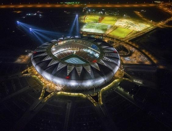 O complexo esportivo saudita custou R$ 1,18 bilhão e tem estádio, ginásio, estádio de atletismo, quadras de tênis, campos de futebol, estacionamento para 45.000 carros e uma mesquita