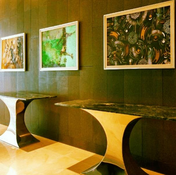 Os bares do estádio saudita contam com mesas assinadas por designers e quadros de artistas árabes