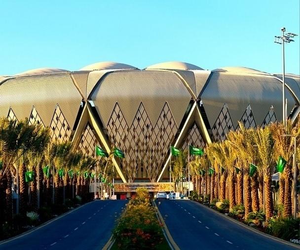 Palmeiras ornamentam as pistas pavimentadas de acesso ao novo estádio saudita