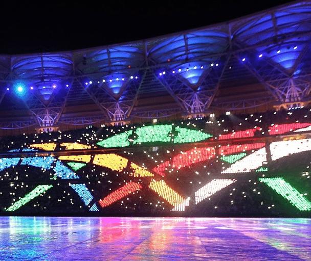 Show de luzes toma conta das arquibancadas em evento realizado no estádio saudita